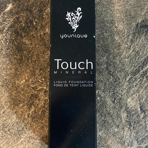 Younique TOUCH MINERAL liquid foundation